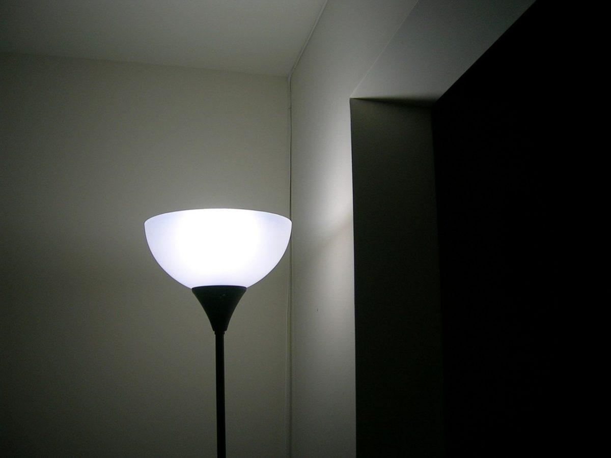 Jakie są trendy w oświetleniu do salonu?
