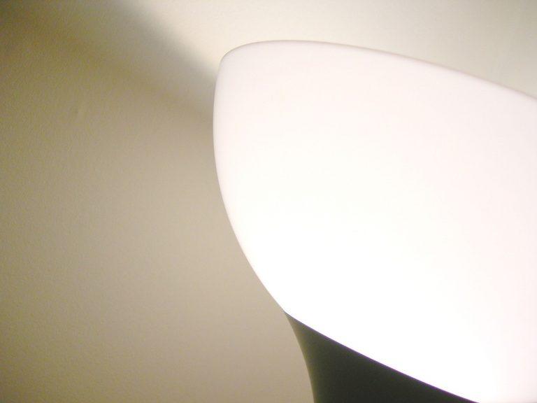 Najciekawsze wzory i aranżacje lamp do biura
